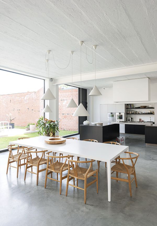Dining room cu pardoseala beton vopsit gri
