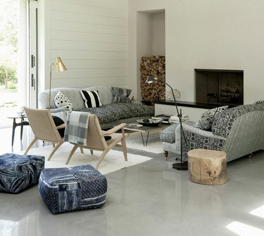 Living room cu pardoseala beton vopsit gri