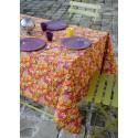 Fata de masa cu flori multicolore