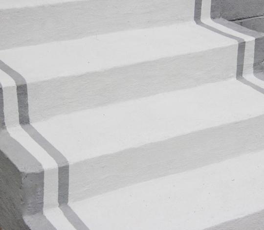 Scari din beton vopsit gri